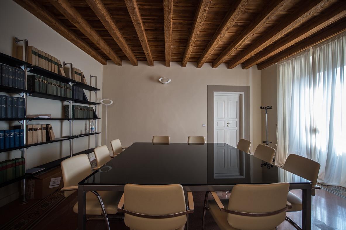 Moderno hit mobili arredamenti per uffici prato toscana for Sala riunioni