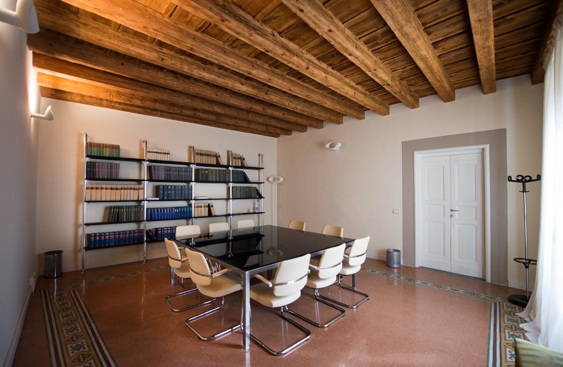 Moderno hit mobili arredamenti per uffici prato toscana for Arredo sala riunioni